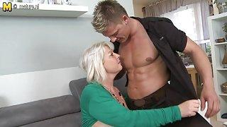 Lieve vrouw en moeder neuken jonge jongen