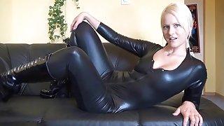 Hete duitse blondine in latex en laarzen neukt zichzelf