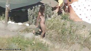 Hete brunette in een nudistenkamp