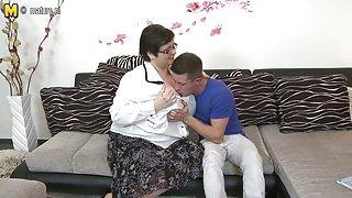 Huisvrouw met enorme tieten neukt haar toyboy