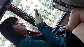 Gekruiste benen op de verfraaiing van make-up de bus