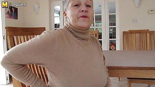Naughty rondborstige britse oma speelt met zichzelf