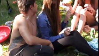 Student seks in de openlucht feest in een tent