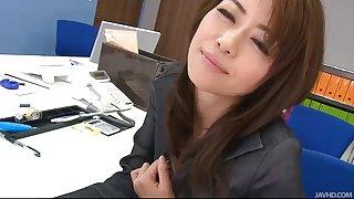 Tijdens een office-break maki hojo toys haar kutje met office