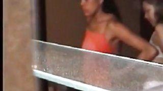 Gluren bij 2 braziliaanse meisjes aankleden - voyeur