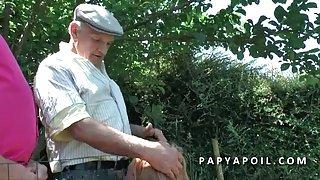 Papy baise une bonne volwassen met 2 potes en pleine nature