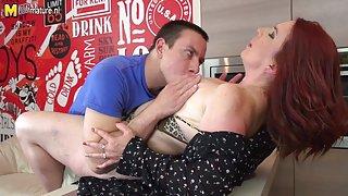 Hete roodharige moeder zuigt lul en wordt geneukt door haar zoon