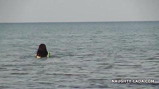 Pure zwembroek en naakt op het strand