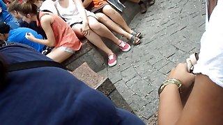 Downblouse op meisje met haar vrienden 1