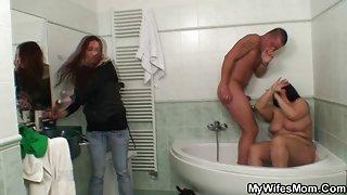 Vrouw vangt hem neuken haar enorme moeder