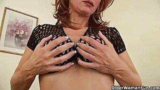 Sletterige oma met grote tieten geeft haar oude kut van een behandeling