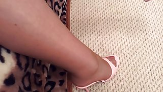 Kous schoen bungelend met roze muildieren