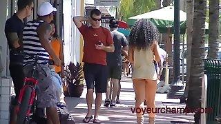 Nikki brazilië korte rok straat lopen! - voyeurchamp.com
