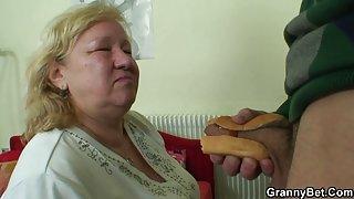 Grote oma smaken zijn pik dan doggystyled