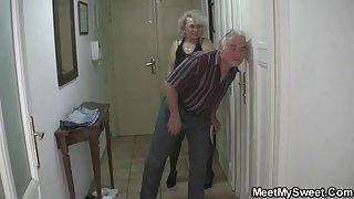 Perverse ouders neuken hun zoon meisje