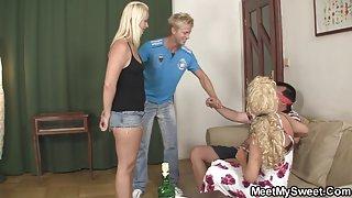 Schattig blond meisje die betrokken zijn in geen familie 3some