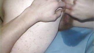 Oudere vid het eten van vrouw tot ze spuit