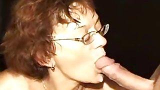 Duitse oma geneukt door 2 mannen (kleine clip)