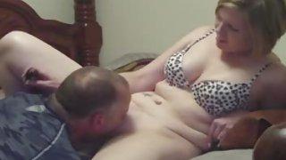 Milf vrouw cumming met de hulp van een tong