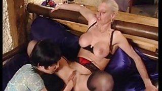Oma neemt een lul in haar kont vuist in kut