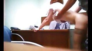 Verborgen cam vangsten roodharige in het quick office neuken