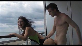 Hot britse meisje balkon fuck - onepiece zwembroek - enorme pik