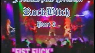 Meisje fisted bij het concert op het podium