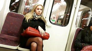 Blonde meisje in de trein met zwarte panty