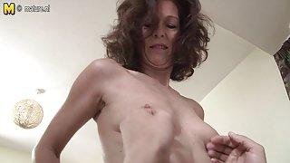 Sexy britse dame ligt op haar toyboy s grote pik