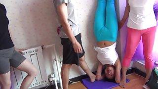 Aziatische yoga cameltoe.