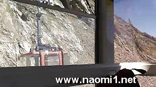 Naomi1 naakt in het openbaar en blowjob in een kabelbaan