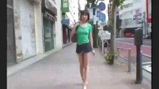 Japans meisje winkelen in tokio in mini rok