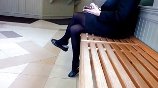 Candid business lady gek shoeplay voeten in nylons