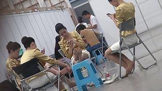 Candid aziatische gastvrouw nylon voeten