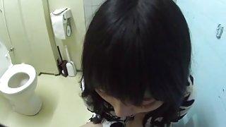Chinees meisje geeft een blowjob