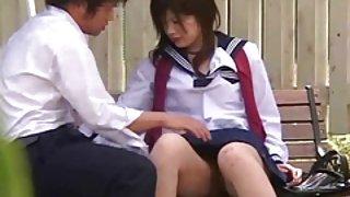 Schattig japans meisje in de voyeur sex buiten