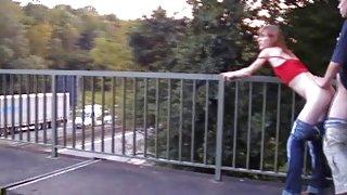 Skinny roodharige blazen en neuken op de brug